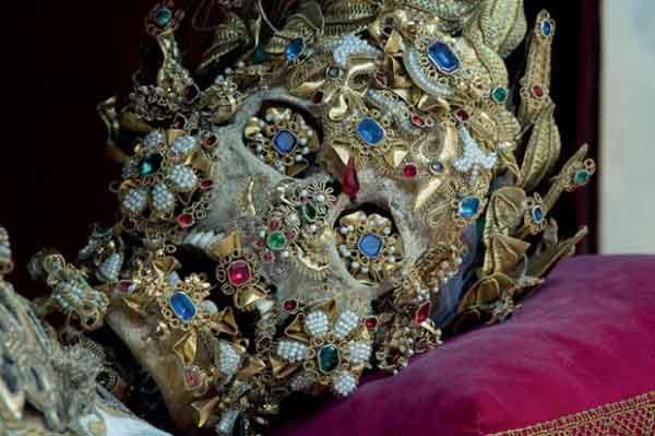 relique de saint benedictus squelette recouvert d'or et de pierres précieuses