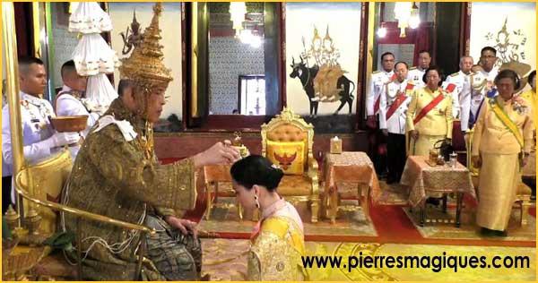 bijoux et fabuleux joyeux du couronnement du roi de Thaïlande