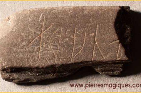 Découverte d'une pierre portant des symboles runiques énigmatiques