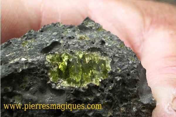 pierre olivine semi precieuse volcan